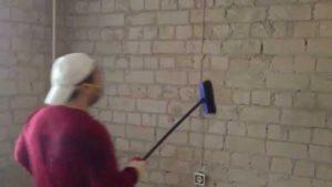 штукатурить стену