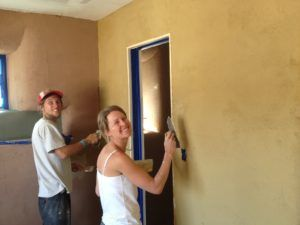 отштукатурить стены