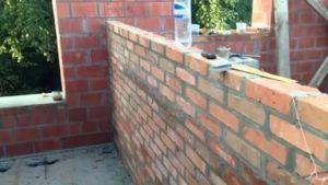 Возводят перегородки после создания несущих стен, но задолго да начала отделочных работ.