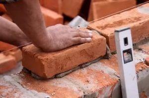Использование шнурки не отменяет необходимости контроля строительным уровнем.