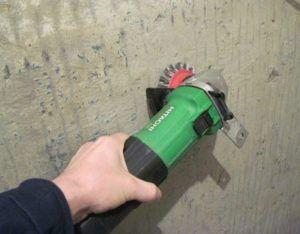 Зачистка стены шлифмашинкой
