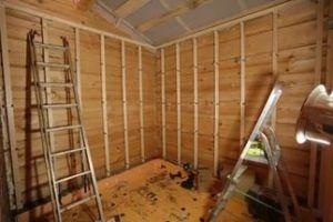 Обрешетка из дерева сооружается под контролем строительного уровня.