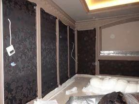Перед наклеиванием материала на стену клеем промазывают участок, подготовленный строго для одного полотна.