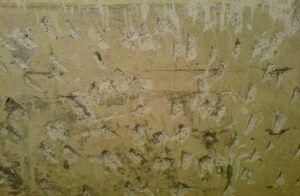Для увеличения сцепления стену зашлифовывают и делают мелкие засечки