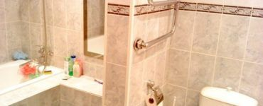 Перегородка в ванной может выполнять сразу несколько функций