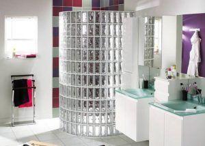 С помощью стеклянных блоков можно создать элегантный и модный элемент интерьера в ванной комнате