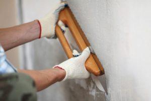 Выравнивание стены шпаклевкой