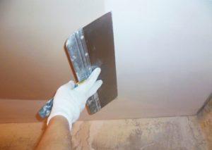 Нанесение на подготовленную поверхность потолка