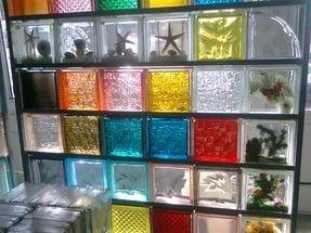 Правильная комбинация блоков из стекла разного цвета делает перегородку настоящим произведением искусства.