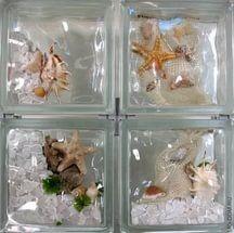 Поверхность таких блоков может быть гладкой и рифленой, внутри отдельных блоков могут быть размещены элементы декора в виде ракушек, морских животных, рыб, моллюсков.