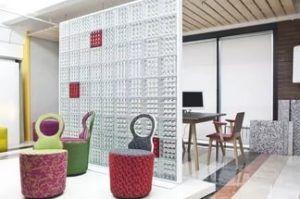 Оригинальная перегородка из стеклянных блоков позволит отделить зону отдыха от обеденной.