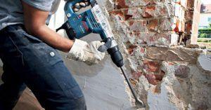 Процесс демонтажных работ с помощью перфоратора