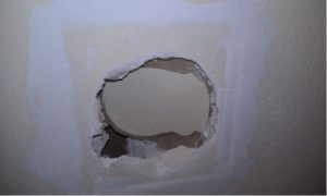 Заделка сквозной дыры в стене.