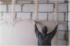 Для получения качественной поверхности устанавливают строительные маяки, ориентируясь на которые выполняют выравнивание.