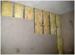 Прежде чем отделать внутреннюю стену квартиры, возведенную из газоблоков, гипсокартонными листами, следует монтировать каркас и уложить плиты утеплителя.
