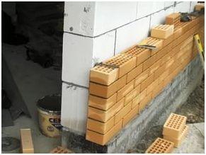 Внешняя отделка газобетонных стен, проводимая облицовочным кирпичом, требует наличия у мастера определенных навыков и опыта работы.