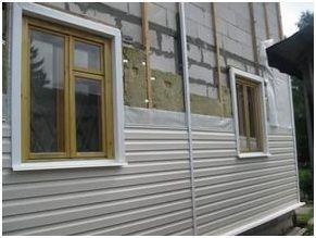 Специально разработанная и созданная форма панелей сайдинга обеспечивает полноценное стекание дождевой воды и не дает влаге скапливаться на поверхности стен здания.