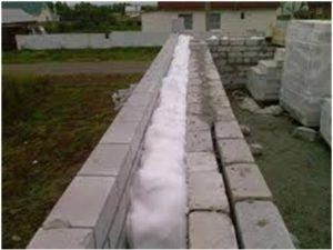 Если планируется заполнять пространство между стен, наносить пену следует постепенно