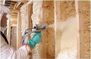 В процессе нанесения пены на стену следует придерживаться необходимых норм безопасности