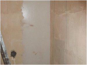 Так выглядит обработанный шпаклевкой участок стены