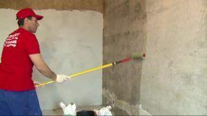 Обработка грунтовочным составом оштукатуренной стенки