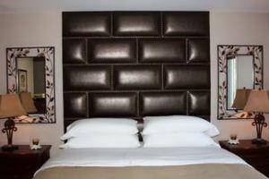 Эффектный вариант панели с кожаным покрытием
