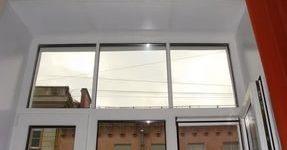 Создание откосов из пластика позволит отказаться от ежегодного окрашивания внутреннего пространства между окном и поверхностью стены.