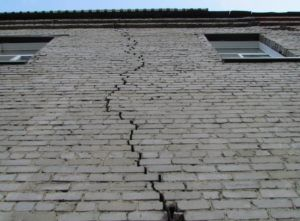 Раскол в стене многоквартирного дома является серьезной угрозой его разрушения.
