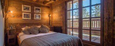 Деревянная облицовка позволяет создать уют и комфорт в комнате.