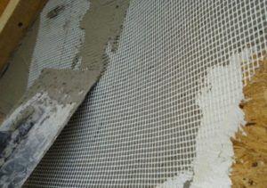 Для качественного армирования поверхности используют капроновую сетку, фиксируют которую с помощью «Ротбанда».