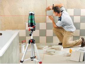 Качественная укладка керамической плитки на стену проводится под контролем лазерного уровня.
