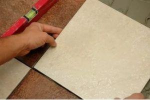 Кладка керамической плитки своими руками требует наличия определенных навыков работе не только непосредственно с изделиями для облицовки, но и со строительным уровнем.