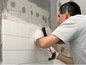 На мастику стеновую плитку кладут только на идеально ровную поверхность, нанося ее тонким слоем.