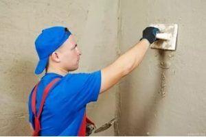 Созданная с помощью штукатурки идеально ровная поверхность стен может быть облицована с меньшей затратой клея.