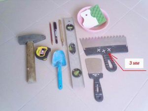 Выполнив разметку и приготовив клеевой состав, нужно проверить наличие всего необходимого инструмента.
