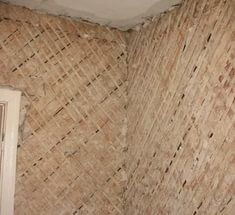 Первым создается слой из простильной дранки, поверх которой набивается выходная. Конечным результатом становится диагональная конструкция, по которой и осуществляется штукатурка деревянного дома внутри.