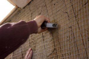 Крепить сетку можно степлером.