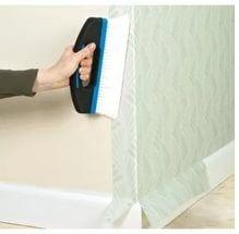 Размещать лист требуется таким образом, чтобы на второй стороне угла оставался небольшой заход (2-3 см обойного полотна).