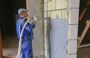 Главная отличительная черта цементной штукатурки – устойчивость к влаге и высокий уровень прочности. Такая штукатурка немного дольше наносится, но созданное покрытие будет по-настоящему долговечным.