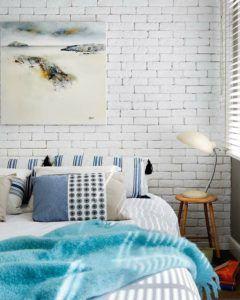 Кладка за изголовьем кровати внесет изюминку и дизайн спальни.