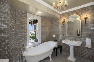Плитка, имитирующая кладку, в ванной комнате.