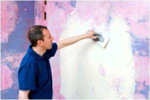 Чтобы выровнять стены, устранить изъяны и избежать возможного просвечивания через обойное полотно более темной краски, поверхность следует зашпаклевать.