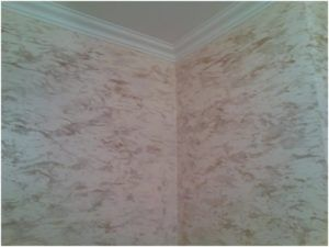 Это бесшовное декоративное покрытие, которое имеет массу преимуществ перед обоями, панелями и покраской.