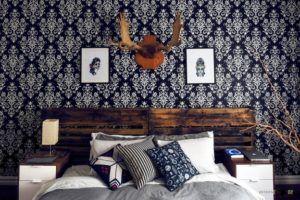 Спальня с текстильными обоями