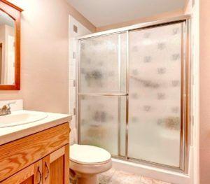 Перегородка из поликарбоната – простое и надежное решение ванной комнаты