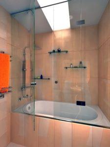 Комбинирование керамической плитки и стеклянной стенки