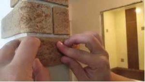 Отделка стен прихожей гибким камнем