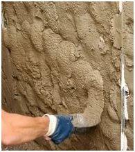 Правильно приготовленный цементный раствор хорошо ложится на поверхность стены и прочно держится на ней.