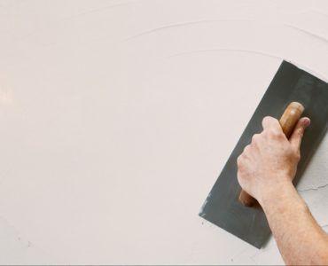 От качества подготовки поверхности зависит толщина слоя наносимой шпаклевки и соответственно ее расход.