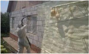 Используя пенополиуретан, можно утеплить наружные стены, цокольный этаж и даже кровлю загородного дома.
